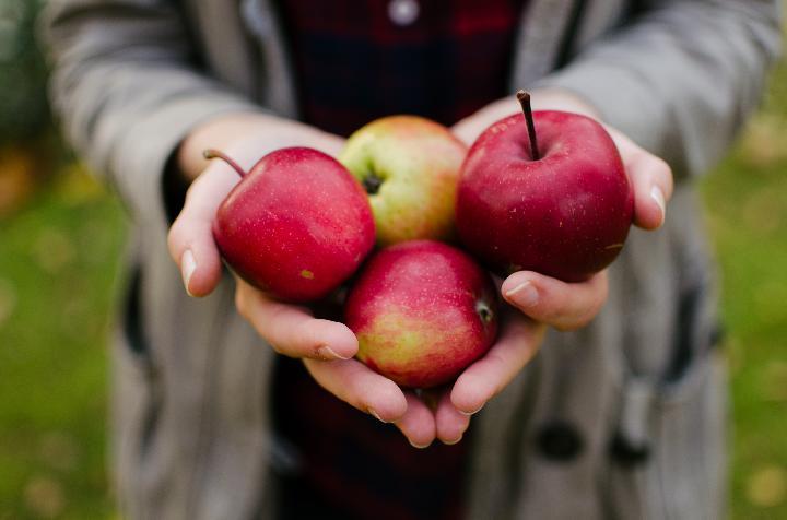 Sering Di kupas Dan Dibuang, Ternyata Kulit Apel Kaya Akan Manfaat Untuk Kesehatan